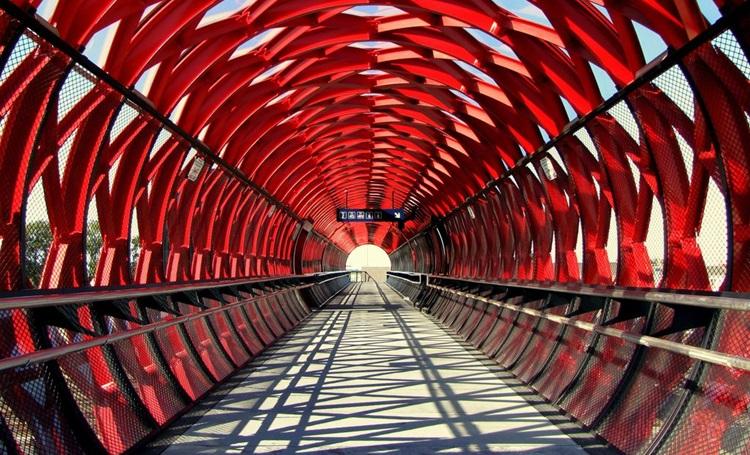 Conheça 6 das passarelas de pedestres mais impressionantes do mundo - Construtora Laguna