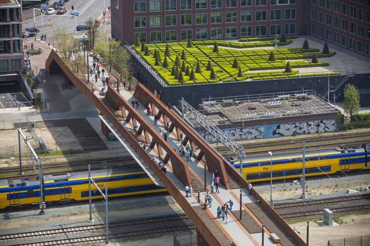 Conheça 6 das passarelas de pedestres mais impressionantes do mundo - Holanda - Construtora Laguna
