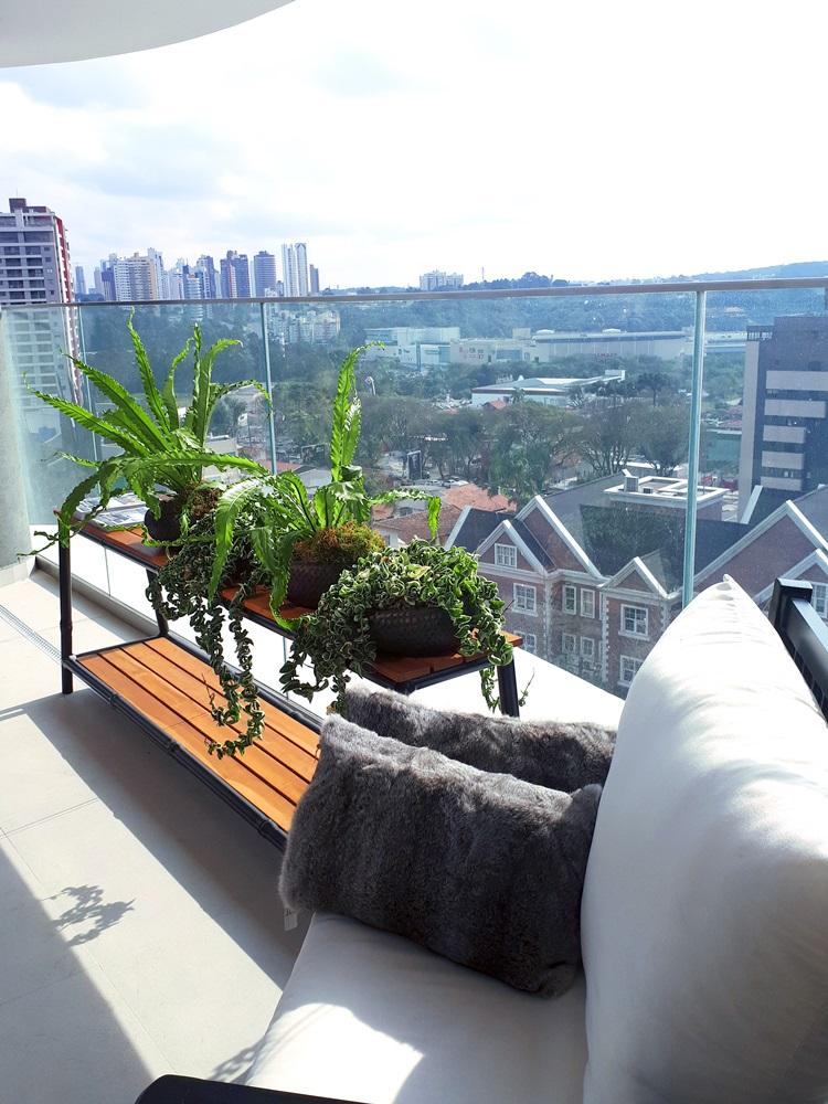 Laguna recebe convidados em apartamento decorado no MAI Home - Varanda - Construtora Laguna
