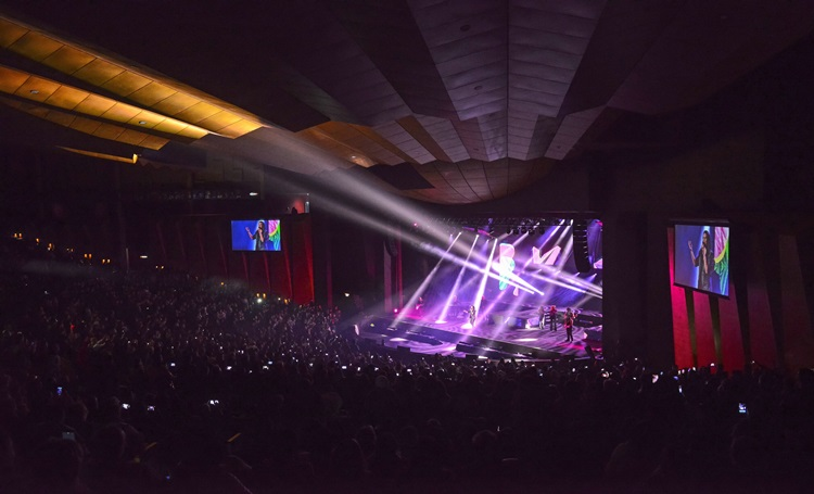 Laura Pausini encerra sua turnê com show patrocinado pela Laguna - Construtora Laguna