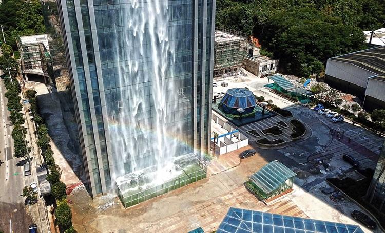 Maior cachoeira artificial fica em arranha céu chinês - Construtora-Laguna