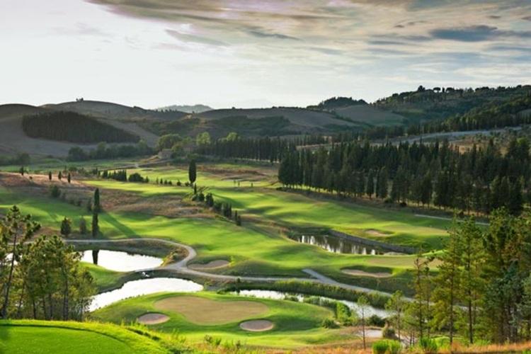 Vila medieval é transformada em resort sustentável na Toscana - Campo de golfe - Construtora Laguna