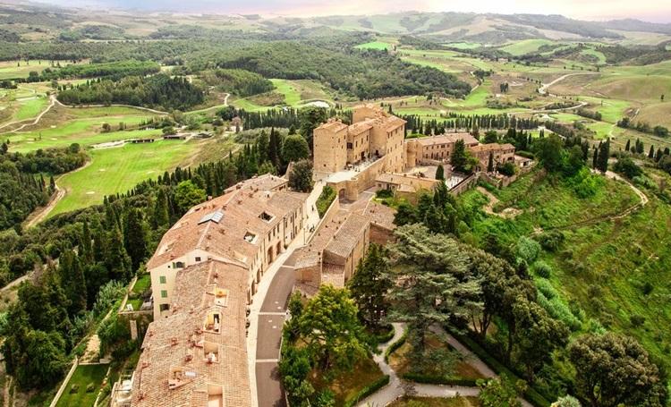 Vila medieval é transformada em resort sustentável na Toscana - Castelfalfi - Construtora Laguna