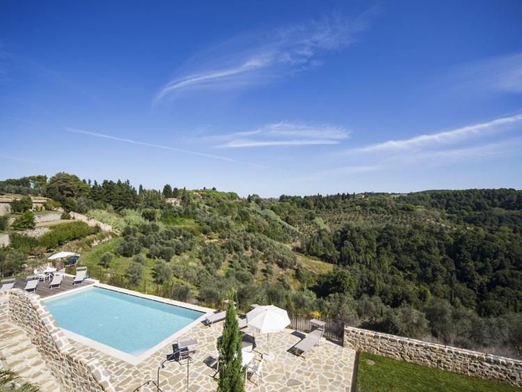 Vila medieval é transformada em resort sustentável na Toscana - Piscina - Construtora Laguna