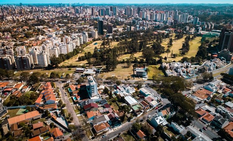Cabral une comodidade urbana e contato com a natureza - Construtora Laguna