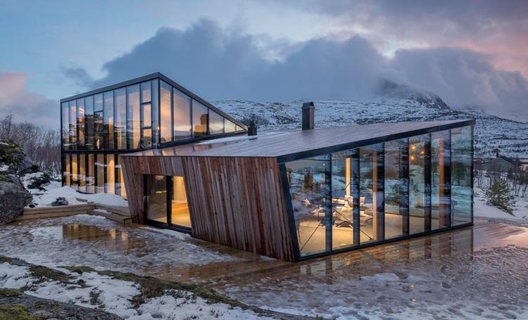 Fiordes noruegueses são destacados em contemporânea residência de vidro - Construtora Laguna