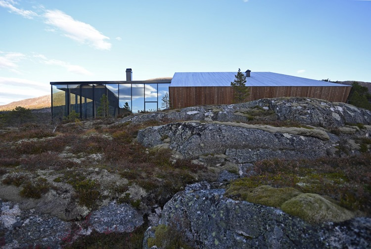 Fiordes noruegueses são destacados em residência de vidro - Construtora Laguna