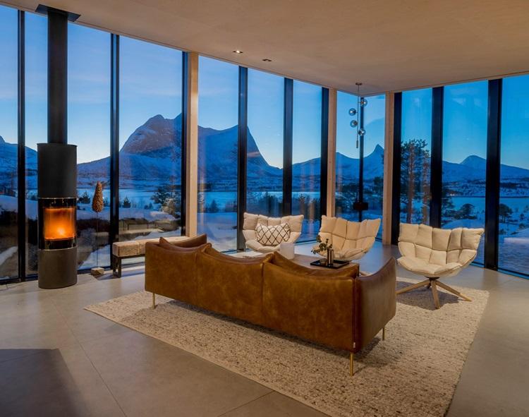 Fiordes são destacados em contemporânea residência de vidro - Construtora Laguna