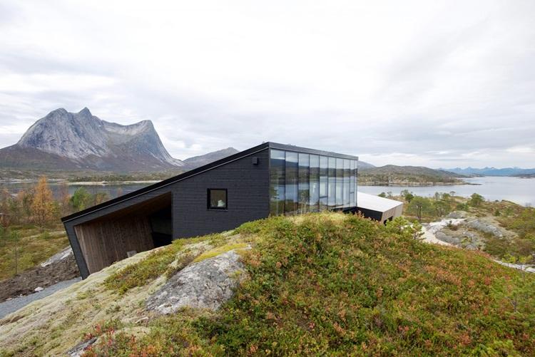Fiordes são destacados em contemporânea residência de vidro na Noruega - Construtora Laguna