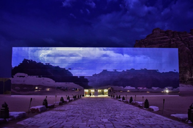 Beleza de deserto na Arábia Saudita é evidenciada por teatro revestido de espelhos - Construtora Laguna