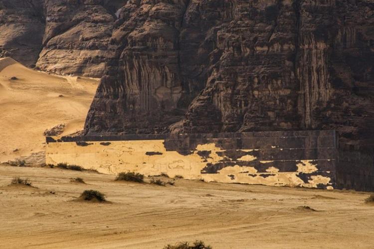 Beleza do deserto é evidenciada por teatro revestido de espelhos - Construtora Laguna