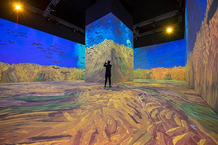 Deserto na Arábia Saudita é evidenciado por teatro revestido de espelhos - Construtora Laguna