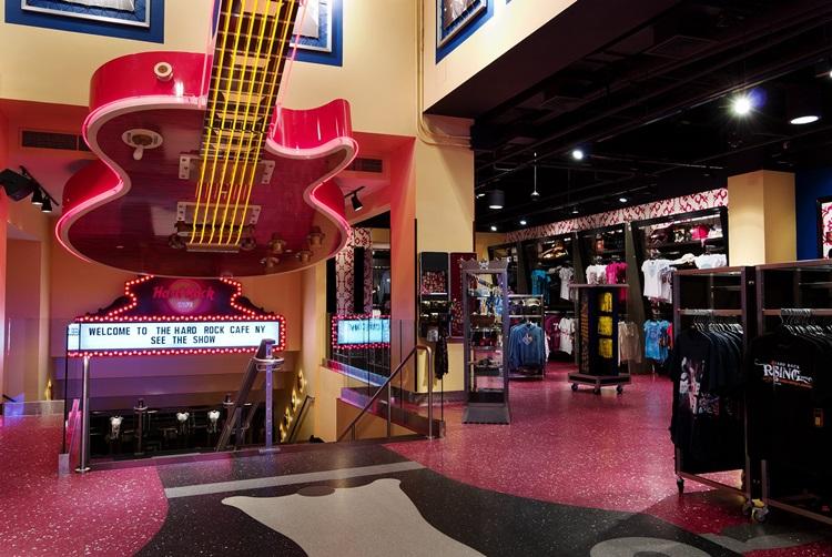 Em plena Times Square, a unidade do Hard Rock Cafe em New York é destino obrigatório para os amantes do rock'n'roll - Construtora Laguna