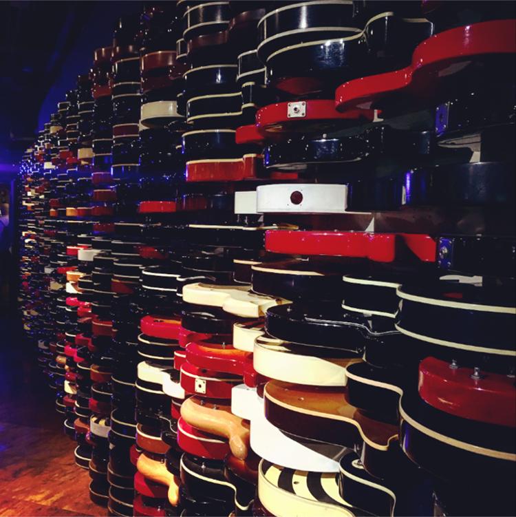 Em plena Times Square, o Hard Rock Cafe em New York é destino obrigatório para os amantes do rock'n'roll - Construtora Laguna