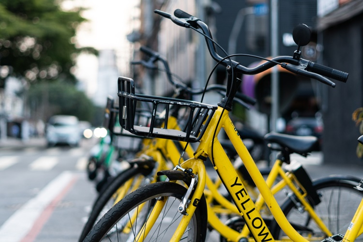 Bicicletas e patinetes compartilhados percorrem 160 mil km por mês na capital - Construtora Laguna