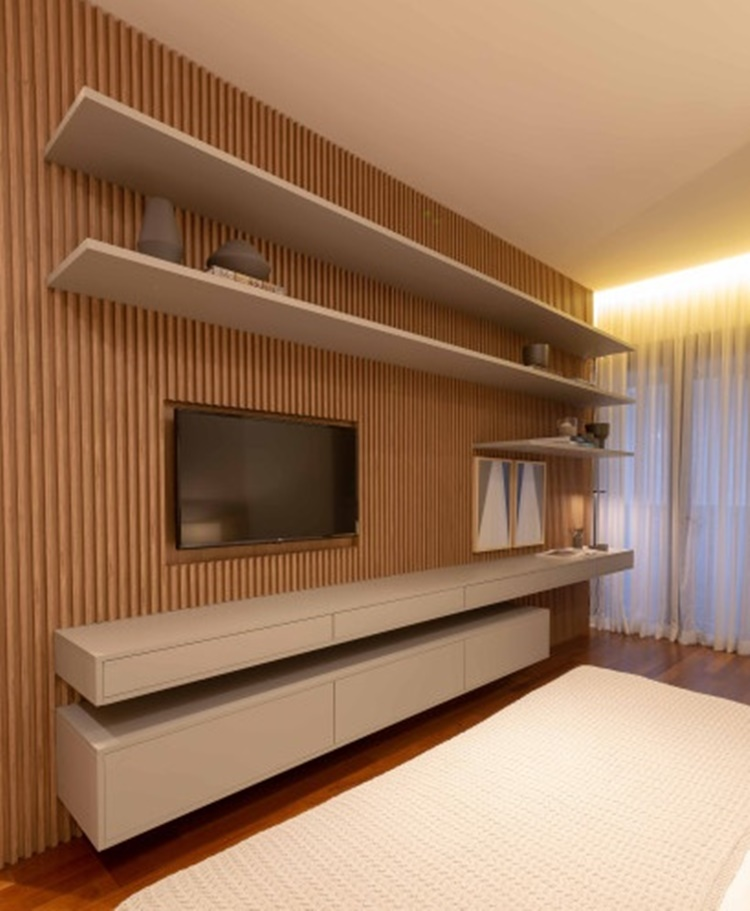 Aposte em revestimentos de madeira nas paredes para um espaço mais aconchegante - Construtora Laguna