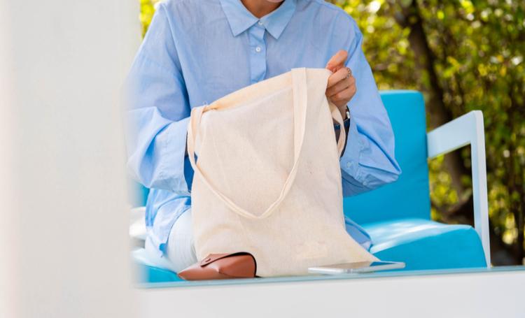Conheça a sacola biodegradável feita de mandioca da Avani Eco - Construtora Laguna