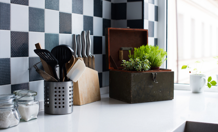 Utensílios de cozinha, decoração e utensílios de cozinha na cozinha moderna interior close-up