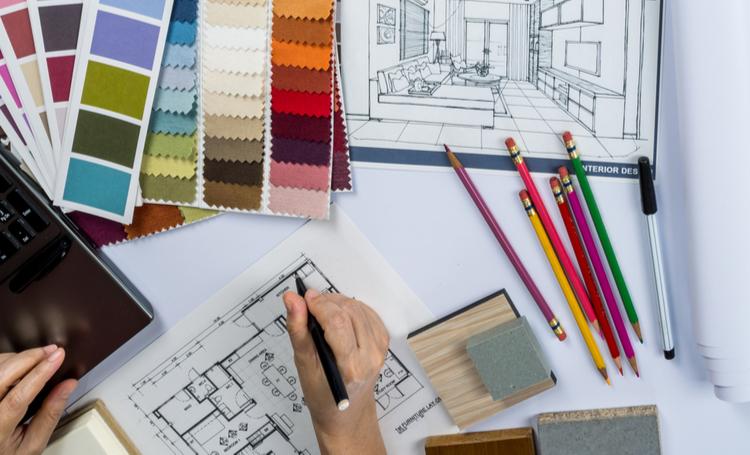 Uma mesa com projetos de design de interiores