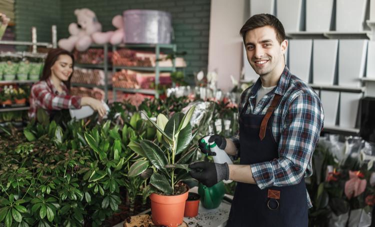 Homem adubando jardim