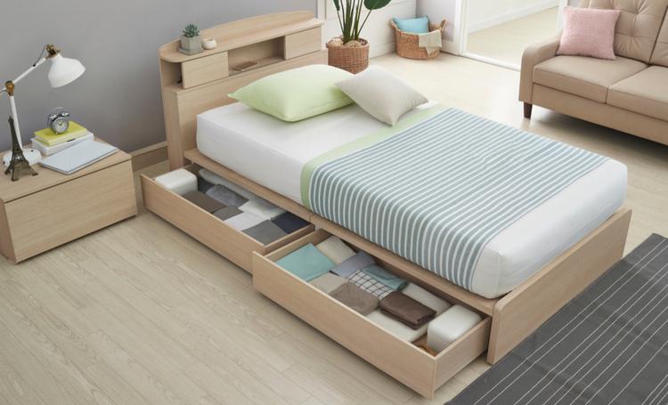 Quarto com cama de solteiro com gavetas em baixo