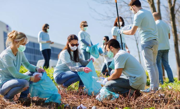 Voluntários recolhendo lixo