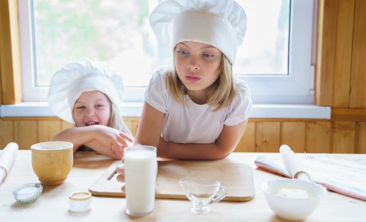 Crianças cozinhando