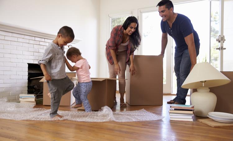 Família em casa no pós-mudança