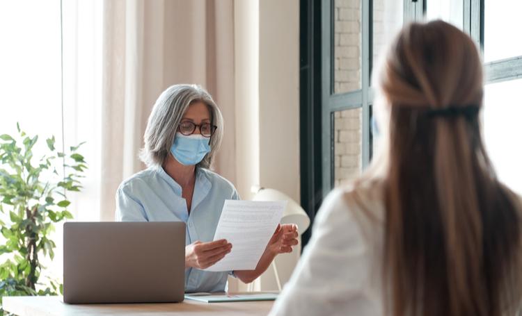 Mulher avaliando consulta médica empresarial – LAGUNA