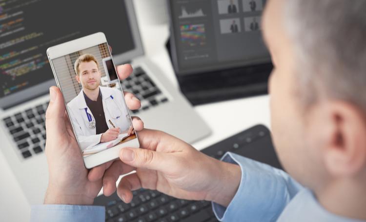 Homem realizando teleconsulta com médico – LAGUNA