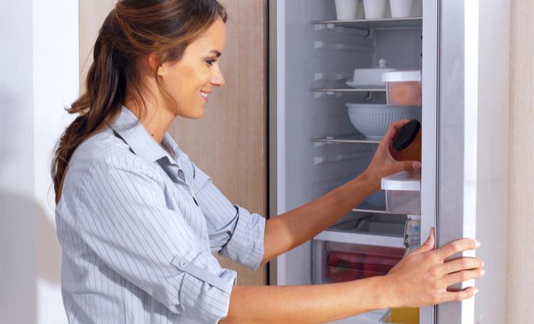 Mulher usando a geladeira de forma sustentável - LAGUNA