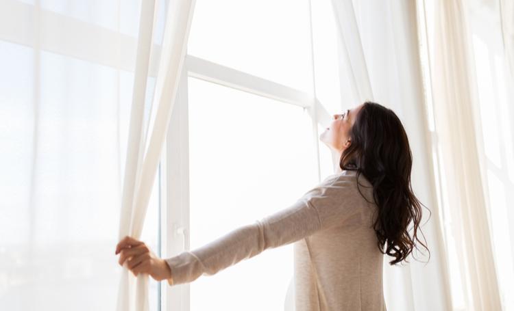 Mulher aproveitando conforto térmico dentro de residência – LAGUNA