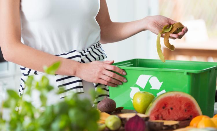 Pessoa fazendo a separação do lixo orgânico – LAGUNA