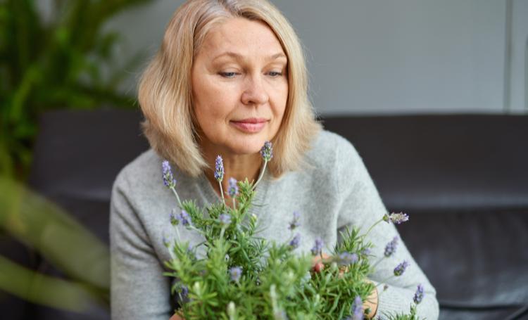 Mulher sentindo o aroma das plantas através do design sensorial – LAGUNA