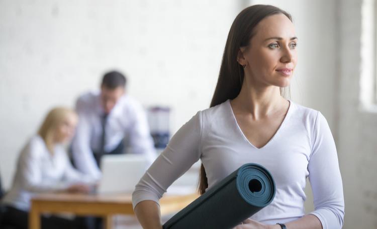 Mulher focando na saúde na reconfiguração dos workplaces – LAGUNA