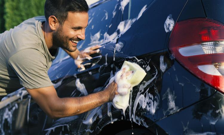 homem lavando carro para reaproveitar água da chuva - LAGUNA