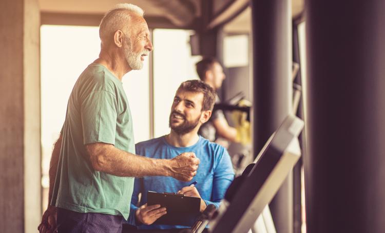 Idoso e jovem praticando exercícios físicos – LAGUNA