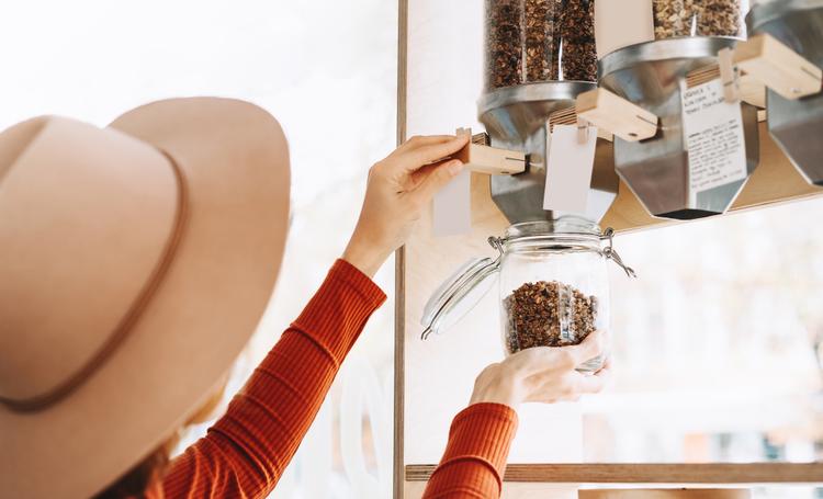 Mulher fazendo uso de produtos a granel