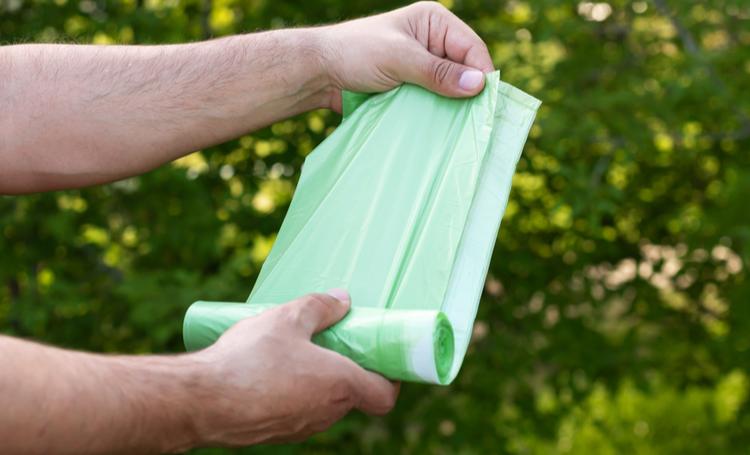 Plástico compostável sendo utilizado na prática