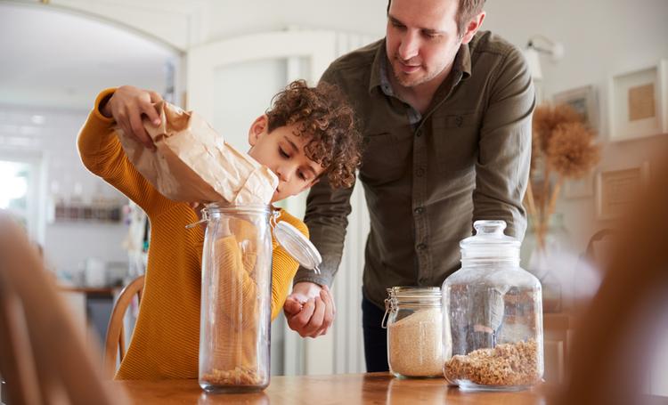 Pai ensinando práticas sustentáveis ao filho
