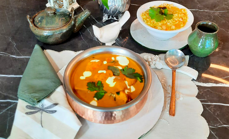 Butter chicken do chef Ravi Shinde sobre a mesa