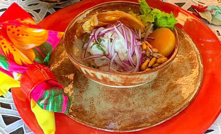 Porção de ceviche servida sobre a mesa
