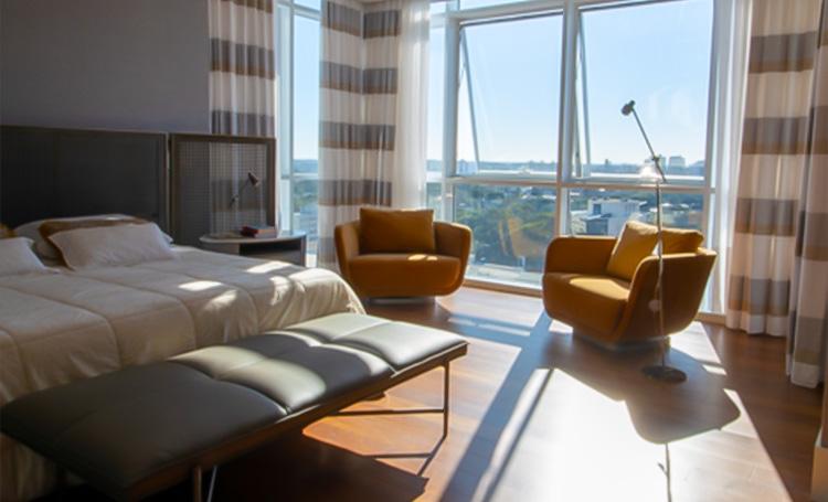 Quarto de apartamento característico de construções verdes e sustentáveis