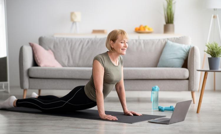 Mulher senior praticando exercícios físicos - LAGUNA