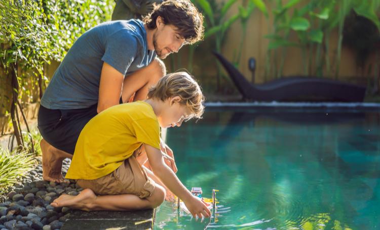Pai e filho aproveitando uma biopiscina